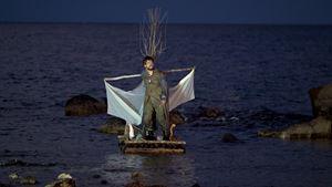 La rappresentazione teatrale dell'Odissea della compagnia del Teatro patologico (tratta dal film-documentario).