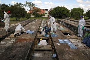 Nel cimitero di Vila Nova Cachoeirinha (San Paolo) vengono riesumati i cadaveri per lasciare spazio alle nuove vittime del Covid (foto Reuters).