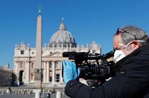 Giornalisti e, in alto, fedeli a San Pietro. Le foto di questo servizio sono dell'agenzia di stampa Reuters.