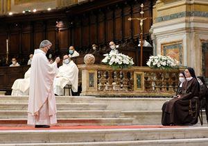 Monsignor Domenico Battaglia, 58 anni, a sinistra, arcivescovo di Napoli, e suor Paola Velotto, 34. Foto Maria Elefante per Famiglia Cristiana.