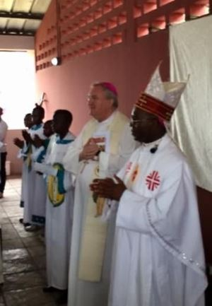 L'arcivescovo inglese monsignor Arthur Roche, 71 anni,  celebra a Khinshasa, nella Repubblica Democratica del Congo, al Centro dream della Comunità di Sant'Egidio. Foto don Roberto Ponti/Famiglia Cristiana.