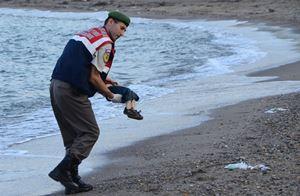 Il corpo di Alan Kurdi tra le braccia di un soccorritore