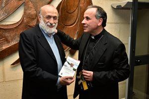 Da sinistra: Carlo Petrini, 71 anni, e monsignor Domenico Pompili, 58, vescovo di Rieti, promotori delle rete delle Comunità Laudato si', circa 60 in tutta Italia. Per gentile concessione di Slow Food.