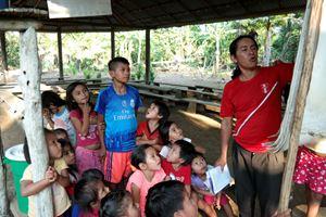 Un catechista e i suoi allievi a Wijint, un villaggio amazzonico del Perù. Foto Reuters.