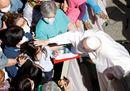 Abbracci e benedizioni ai fedeli, il Papa e il ritorno alla (quasi) normalità