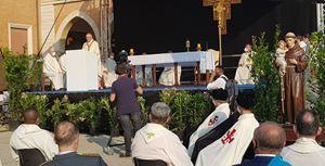Il cardinale Pietro Parolin, Segretario di Stato della Santa Sede, 66 anni, celebra la Messa per la festa di Sant'Antonio da Padova, domenica 13 giugno 2021, a Lonigo (Vicenza). In alto, il cardinale mentre benedica la fattoria Laudato si'.