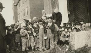 Una foto di gruppo dei bambini alunni della Kamloops Indian Residential School, in Canada.