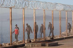 Sopra, sotto e in copertina: migranti e prrofughi a Ceuta, in Spagna. In alto: l'arrivo di persone in fuga dall'Africa nel porto spagnolo di Cadice. Tutte le foto di questo servizio sono dell'agenzia Ansa.