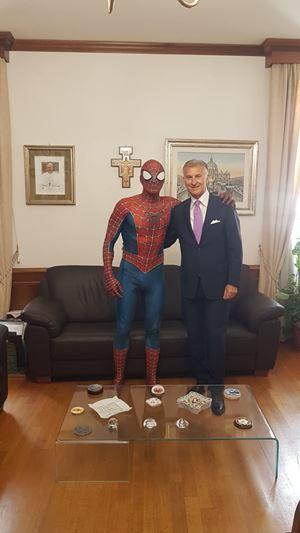 """Matteo Villardita """"Spiderman"""" con il dirigente dell'Ispettorato di Polizia del Vaticano Luigi Carnevale."""