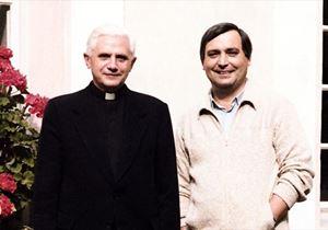 Da sinistra Joseph Ratzinger, oggi 94 anni, con Vittorio Messori, 80.