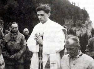 Il futuro Papa celebra Messa nei pressi di Ruhpolding, sulle montagne della Baviera, nel 1952, l'anno successivo alla sua ordinazione sacerdotale. Foto Reuters. .