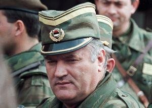Un'immagine di Ratko Mladic a Sarajevo nel 1993 (foto Reuters).