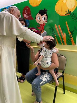 Sopra, in alto e in copertina: Roma, 13 luglio 2021, papa Francesco tra i piccoli pazienti del reparto di oncologia pediatrica del Policlinico Gemelli. Foto Osservatore Romano/Reuters.
