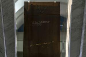 Il retro dell'icona della Madonna del Silenzio con incisa la frase di Papa Francesco