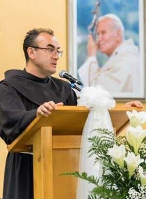 Fra Marinko Sakota: francescano, 53 anni, studi anche dai Gesuiti e in Germania, dove poi si è laureato; dal 2010 è a Medjugorje dove dal 2013 è parroco.