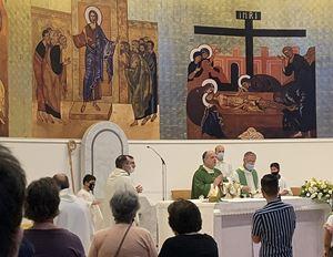 il Papap ha nominato amministratore apostolico dell'arcidiocesi di Catanzaro monsignor Angelo Raffaele Panzetta,55 anni, già arcivescovo di Crotone-Santa Severina (nella foto sopra, mentre concelbra). In alto, monsignor Vincenzo Bertolone, arcivescovo dimissionario di Catanzaro-Squillace, 74 anni.